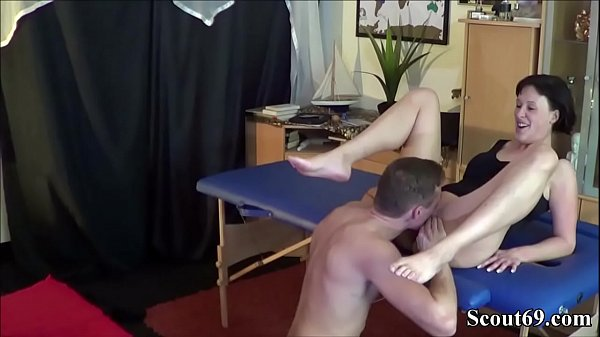 Deutsche Mutter bucht sich Massage Boy um sie Anal zu ficken