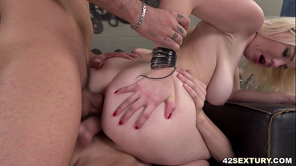 Mery Monro gets double penetrated by big cocked men