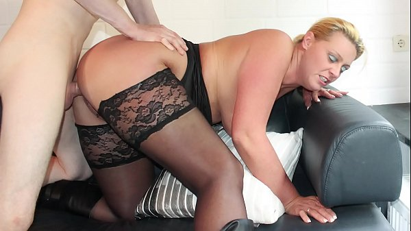 REIFE SWINGER – Curvy German blonde in stockings boned
