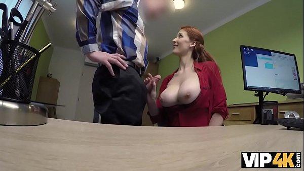 VIP4K. Isabella dà la sua vagina rasata per scopare per ottenere un grosso prestito