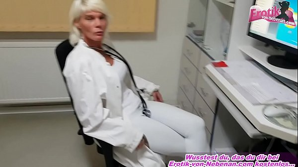 Deutsche Frau Doktor fickt patienten in der Arzt Praxis