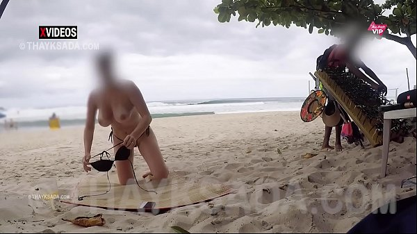 Casada gostosa se exibindo pro vendedor na praia
