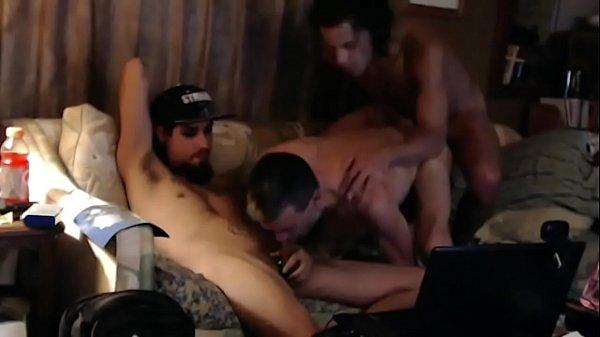 Trio de tios en el sofá